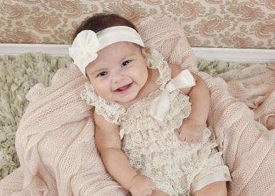 Schönes Mädchen in 3 Monaten lächelt