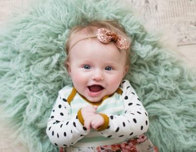4 месечно бебе, усмихващо се майка