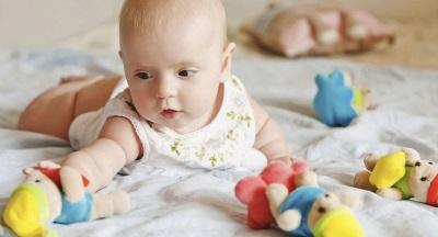 Бебе 4 месеца дърпа играчка