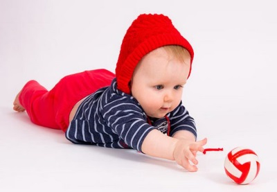 Bébé atteint pour les jouets