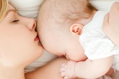 Maman et bébé 5 mois sont ensemble