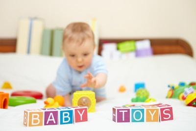 6 месеца бебе играе кубчета