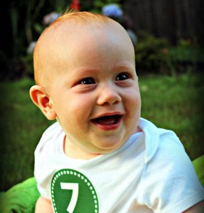 Baba 7 hónap mosolyogva