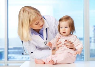Consulta con el médico de un niño 9 meses.
