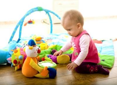 Bebé de 9 meses jugando.