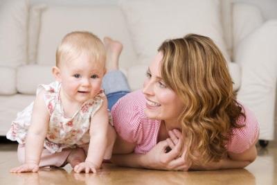 Bebé gateando a los 9 meses con mamá.