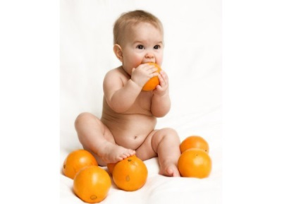 Baby bijt sinaasappelschil