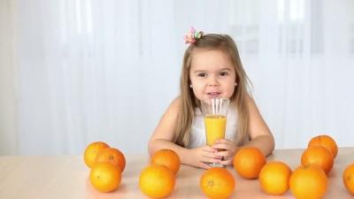 Meisje met sinaasappels en sinaasappelsap