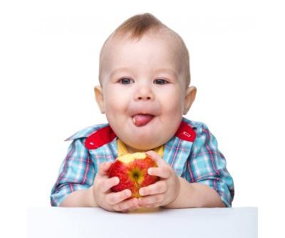 Bayi makan epal