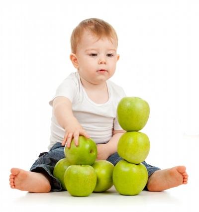 Bayi membina menara epal hijau