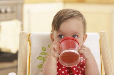 Anak minum jus epal