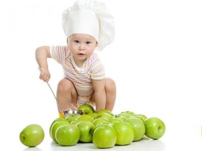 Bayi bermain dengan epal