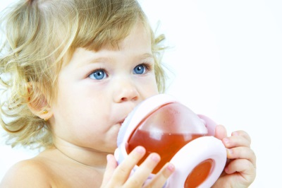 เด็กดื่มเครื่องดื่มผลไม้แช่อิ่ม