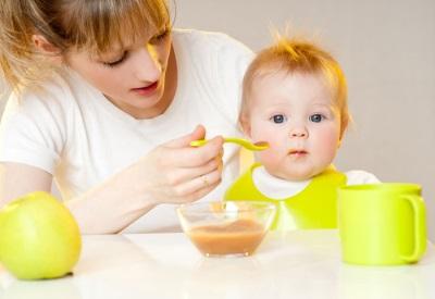 Wortelpuree die baby eet