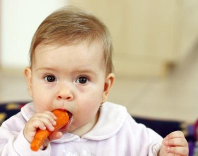 Baby eet wortels