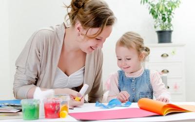 Seorang kanak-kanak 4 tahun dengan ibu yang melakukan kerajinan