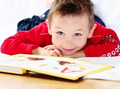 Kanak-kanak berumur 4 tahun dengan buku