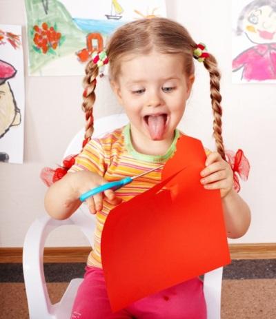 Gunting kanak-kanak pada 4 tahun