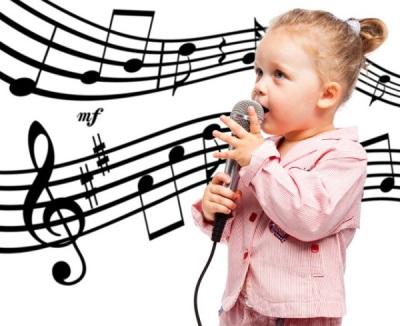 Kanak-kanak menyanyi pada usia 4 dengan mikrofon