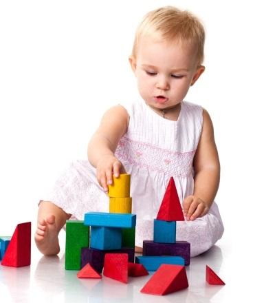 A criança constrói uma torre