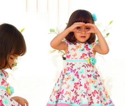 Un bambino di 2,5 anni in un vestito