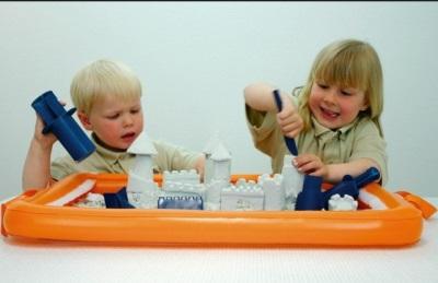 Sabbia cinetica per un bambino in 2,5 anni