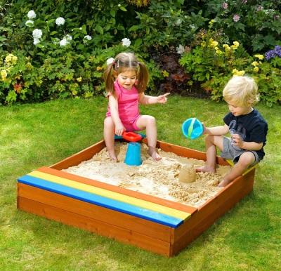 A gyerekek játszanak a homokozóban