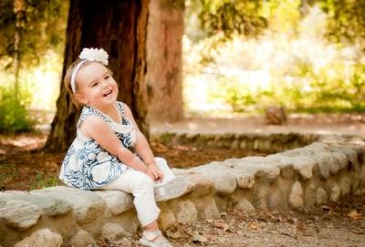 Lány 2 éves ül egy napló