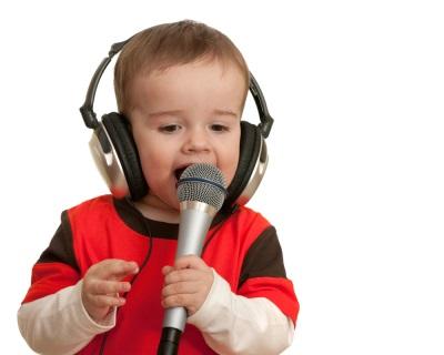 Baby spieva do mikrofónu