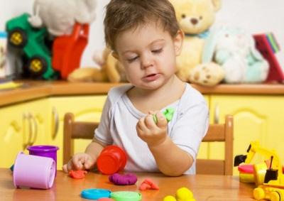 Dieťa s cesto na modelovanie