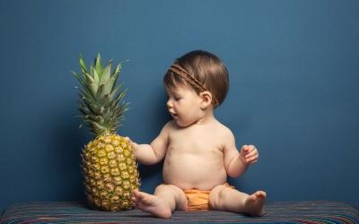 Anak dengan nanas