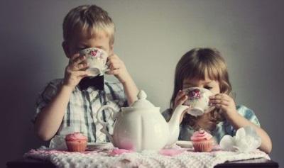 Zwarte thee wordt door kinderen gedronken