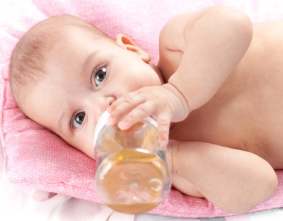 Baby drinkt babythee