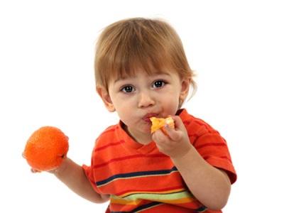 Kanak-kanak makan tangerin