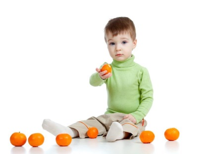 Budak lelaki dengan tangerin