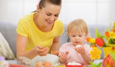 แม่และลูกสาวกินไข่