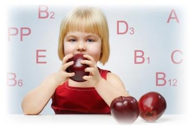 เด็กกินแอปเปิ้ลและวิตามิน