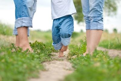 Baby loopt op sokken