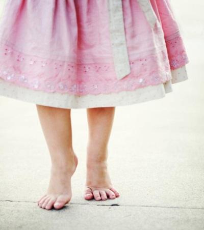 Het kind loopt op sokken in 4 jaar