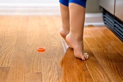 Het kind staat op sokken om te bereiken