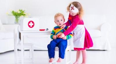 يلعب الأطفال الطبيب
