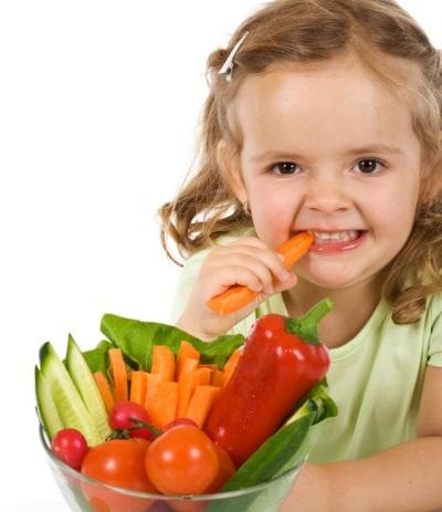Baby die groenten eet