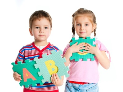 Kanak-kanak bermain teka-teki huruf