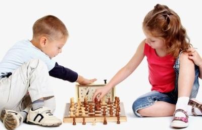 Kinderen spelen schaak