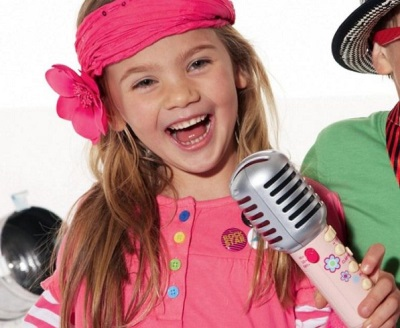 Meisje zingt