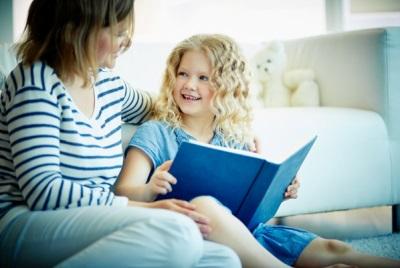 แม่และเด็กกำลังอ่านหนังสือ