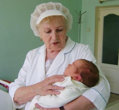Bayi baru lahir di hospital di bidan