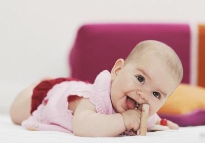 De ontwikkeling van de vaardigheid om het hoofd van de baby vast te houden