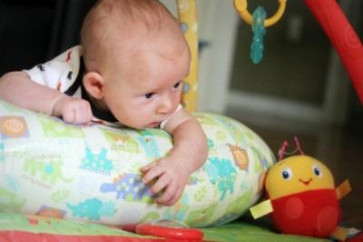 Ontwikkeling van hoofdretentie bij premature baby's