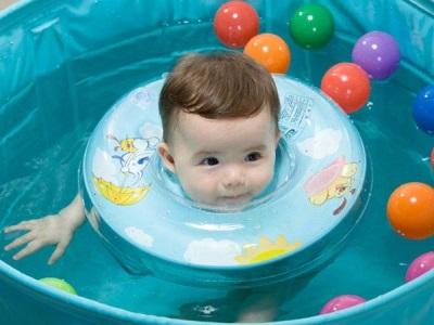 Cirkel in de nek voor het baden van pasgeborenen - veiligheid